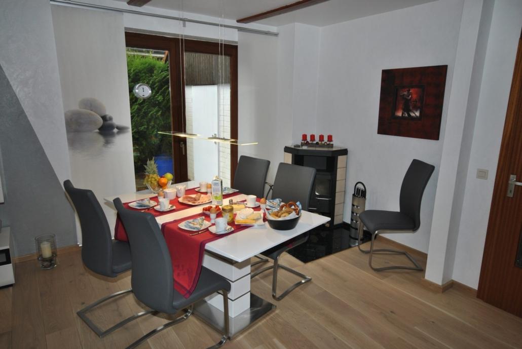 Ferienhaus_Medemsonne_Essbereich_mit_Kamin